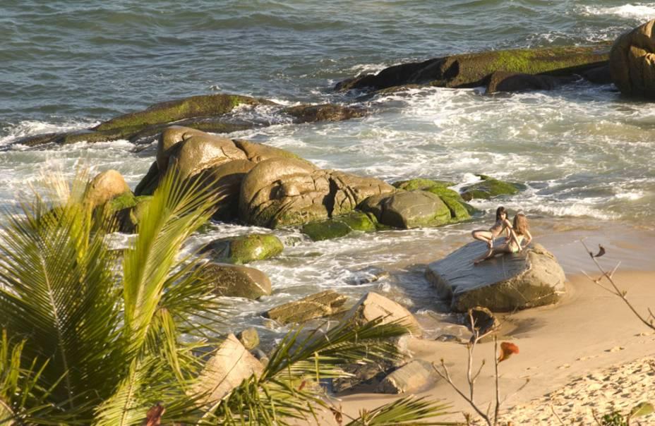 A Praia do Estaleiro ainda preserva um ar selvagem, mesmo ladeada por casas luxuosas e pela Rodovia Interpraias