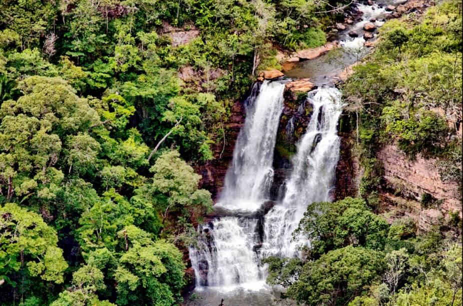 Para chegar até as Cachoeiras do Indaiá, é necessário percorrer uma trilha curta com mata densa, onde é possível ver várias outras quedas dágua. O período de seca é o ideal para o passeio