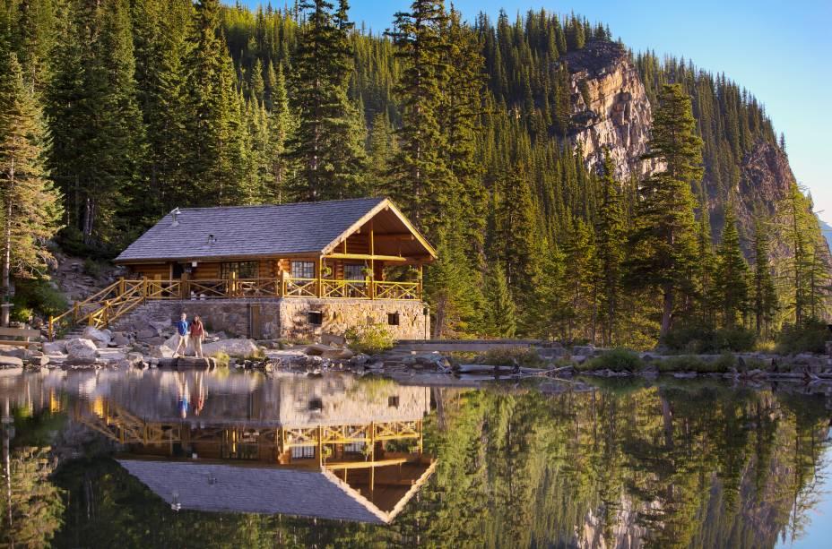 """<strong><a href=""""http://www.lakeagnesteahouse.com/"""" rel=""""Casa de Chá"""">Casa de Chá</a> no Lago Agnes</strong>        Aberta desde 1905, essa casa de chá à beira do lago Agnes é uma instituição e um deleite depois da caminhada. A casa foi construída em 1901 como refúgio para os aventureiros que iam até o lago e começou a servir chá em 1905. Ainda que tenha sido restaurada ao longo do tempo, ela mantém sua arquitetura, mesas e cadeiras originais"""