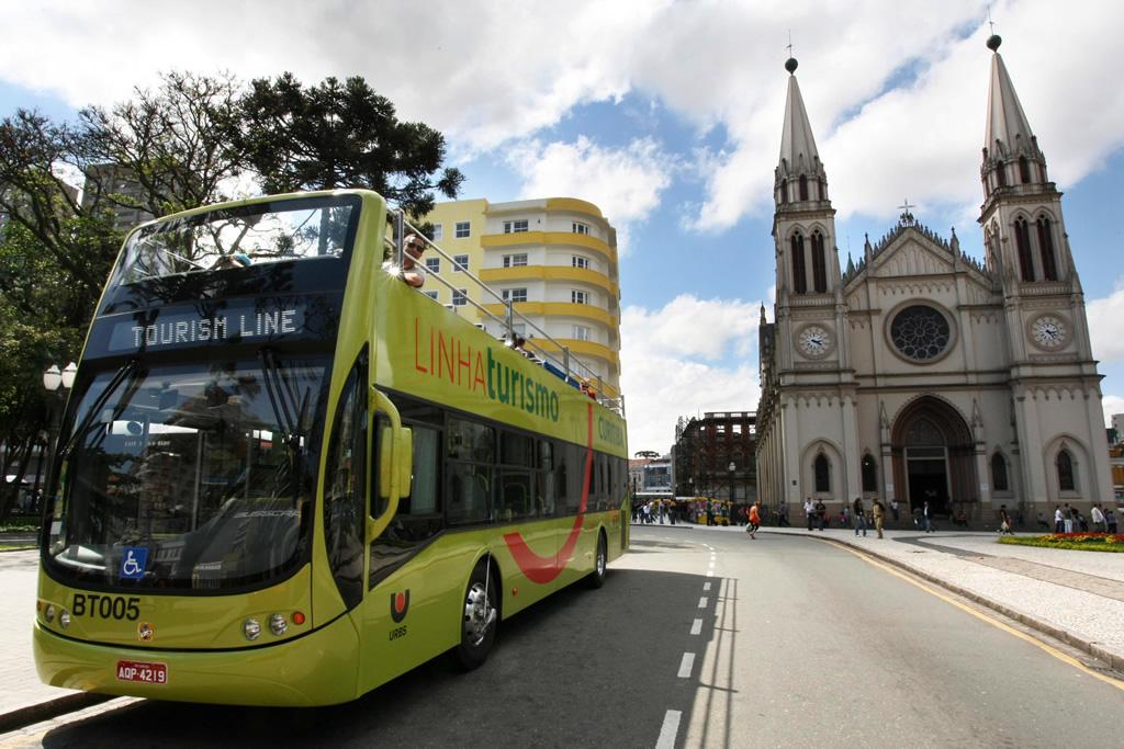 Em ônibus aberto, turistas conhecem o Centro Histórico de Curitiba, que por um processo de revitalização, tornou-se um dos melhores passeios da cidade