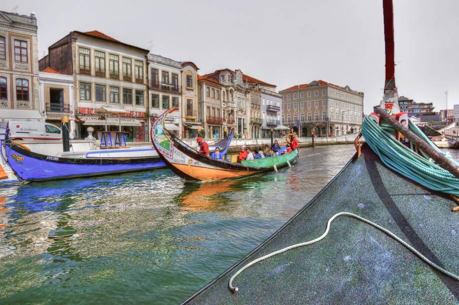 """<strong>Aveiro – <a href=""""http://viajeaqui.abril.com.br/paises/portugal"""" target=""""_blank"""" rel=""""noopener"""">Portugal </a></strong> Os moliceiros, barquinhos semelhantes a gôndolas, típicos da região de Aveiro, fazem que o destino seja considerado a Veneza portuguesa. A Ria de Aveiro com seus barcos coloridos são o principal símbolo da cidade junto com os divinos """"ovos moles"""" de Aveiro.<a href=""""http://www.booking.com/city/pt/aveiro.pt-br.html?aid=332455&label=viagemabril-venezasdomundo"""" target=""""_blank"""" rel=""""noopener""""><em>Busque hospedagens em Aveiro no booking.com</em></a>"""