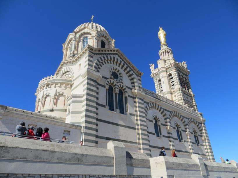"""Construída em estilo neo-bizantino, a catedral de <a href=""""http://viajeaqui.abril.com.br/cidades/franca-marselha/"""" rel=""""Marselha"""">Marselha</a> fica no alto da maior colina da cidade - que, a propósito, tem menos de 200 metros"""