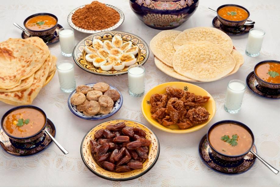 Típica refeição marroquina, composta de tâmaras, pães e caldos