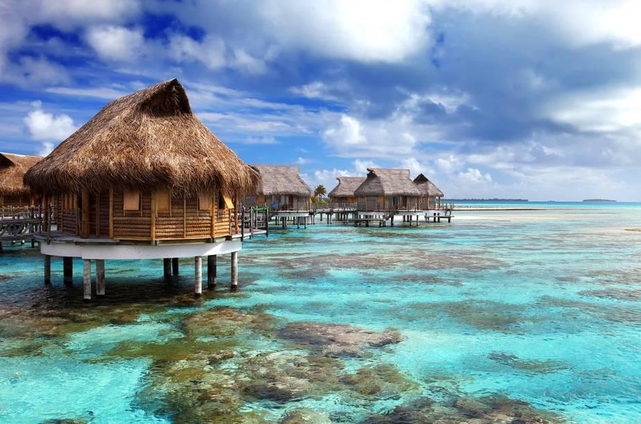 """<strong><a href=""""http://viajeaqui.abril.com.br/paises/maldivas"""" rel=""""Ilhas Maldivas"""" target=""""_blank"""">Ilhas Maldivas</a></strong>    Localizadas ao sul da Índia e do Sri Lanka, as ilhas Maldivas têm se tornado um dos grandes destinos de lua-de-mel de casais endinheirados. Além de oferecer hotéis luxuosíssimos, o arquipélago abriga algumas das mais lindas praias do mundo. São quase 1.200 ilhas espalhadas pelo oceano Índico (pouco mais de 200 delas são habitadas), onde é possível nadar em águas transparentes e calmas, praticar windsurfe e desfrutar de uma deliciosa culinária marítima."""