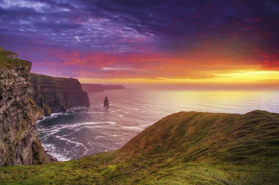 """<strong>Cliffs of Moher, <a href=""""http://viajeaqui.abril.com.br/paises/irlanda"""" target=""""_blank"""" rel=""""noopener"""">Irlanda</a></strong> O caminho liga <a href=""""http://viajeaqui.abril.com.br/cidades/irlanda-dublin"""" target=""""_blank"""" rel=""""noopener"""">Dublin</a> a Galway, beirando o oceano com falésias que encantam turistas do mundo todo, tanto que foi utilizado como cenário para o filme Harry Potter e já esteve entre as Sete Maravilhas do Mundo. A trilha pode ser percorrida por ciclistas com níveis de experiência variados, porém, é preciso ter cautela com o terreno escorregadio e trechos que possuem apenas 40 centímetros de largura. O ponto mais alto do percurso de 8 quilômetros tem cerca de 200 metros."""