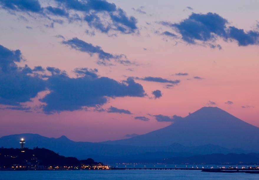 A ilha de Enoshima (à esquerda), na baía de Sagami, onde está Kamakura, é um popular destino de verão para os habitantes da Grande Tóquio, que aqui têm uma bela vista do Monte Fuji