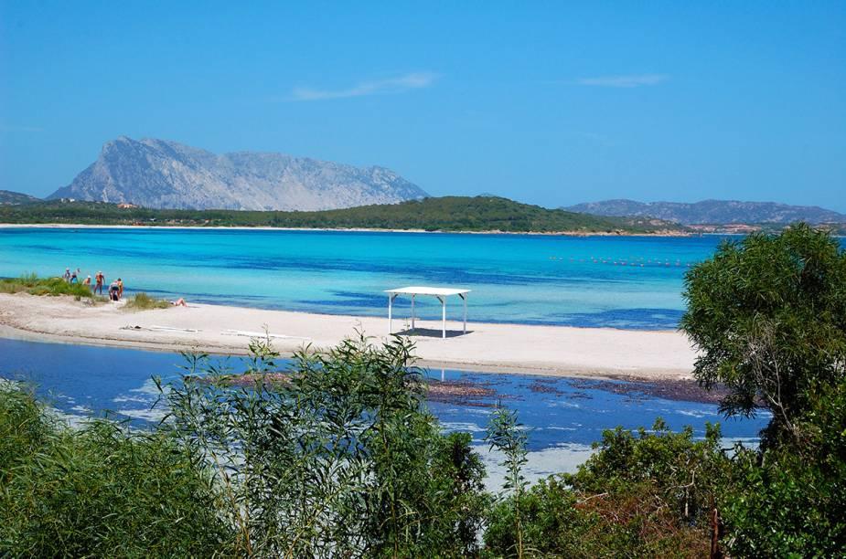 "<strong>Lu Impostu</strong> Próxima ao vilarejo de San Teodoro, a areia branca e fina harmoniza com a tranquilidade das águas claras. É possível alugar caiaques. As condições para mergulho livre (ou amador) são ótimas.<em><a href=""https://www.booking.com/searchresults.en-gb.html?aid=332455&lang=en-gb&sid=eedbe6de09e709d664615ac6f1b39a5d&sb=1&src=searchresults&src_elem=sb&error_url=https%3A%2F%2Fwww.booking.com%2Fsearchresults.en-gb.html%3Faid%3D332455%3Bsid%3Deedbe6de09e709d664615ac6f1b39a5d%3Bcity%3D-117329%3Bclass_interval%3D1%3Bdest_id%3D-128948%3Bdest_type%3Dcity%3Bdtdisc%3D0%3Bfrom_sf%3D1%3Bgroup_adults%3D2%3Bgroup_children%3D0%3Binac%3D0%3Bindex_postcard%3D0%3Blabel_click%3Dundef%3Bno_rooms%3D1%3Boffset%3D0%3Bpostcard%3D0%3Braw_dest_type%3Dcity%3Broom1%3DA%252CA%3Bsb_price_type%3Dtotal%3Bsearch_selected%3D1%3Bsrc%3Dsearchresults%3Bsrc_elem%3Dsb%3Bss%3DSan%2520Vito%2520lo%2520Capo%252C%2520%25E2%2580%258BSicily%252C%2520%25E2%2580%258BItaly%3Bss_all%3D0%3Bss_raw%3DSan%2520Vito%2520Lo%2520Capo%3Bssb%3Dempty%3Bsshis%3D0%3Bssne_untouched%3DFavignana%26%3B&ss=San+Teodoro%2C+%E2%80%8BSardinia%2C+%E2%80%8BItaly&ssne=San+Vito+lo+Capo&ssne_untouched=San+Vito+lo+Capo&city=-128948&checkin_monthday=&checkin_month=&checkin_year=&checkout_monthday=&checkout_month=&checkout_year=&no_rooms=1&group_adults=2&group_children=0&highlighted_hotels=&from_sf=1&ss_raw=San+Teodoro&ac_position=0&ac_langcode=en&dest_id=-128764&dest_type=city&place_id_lat=40.77276&place_id_lon=9.669541&search_pageview_id=e9d690eb574a017b&search_selected=true&search_pageview_id=e9d690eb574a017b&ac_suggestion_list_length=5&ac_suggestion_theme_list_length=0"" target=""_blank"" rel=""noopener"">Busque hospedagens emSan Teodoro no Booking.com</a></em>"
