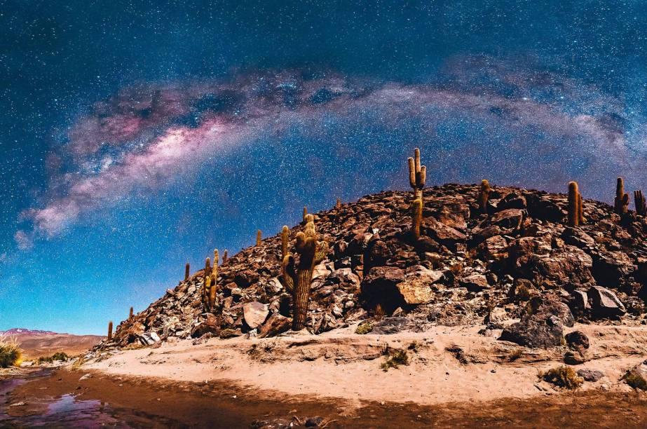 """O <a href=""""http://viajeaqui.abril.com.br/materias/passeios-deserto-do-atacama-no-chile"""" target=""""_blank"""">Deserto do Atacama</a> costumava ser lembrado como o mais seco e mais alto do planeta – e por sua paisagem lisérgica de lagunas altiplânicas, piscinas térmicas, gêiseres, cânions. De uns tempos pra cá, o cenário esplendoroso no norte do <a href=""""http://viajeaqui.abril.com.br/paises/chile"""" target=""""_blank"""">Chile</a> virou também epicentro do astroturismo, a arte de espiar estrelas, cometas, planetas. De forma geral, é só levantar os olhos pra ver um céu deste da foto (tirada no Cânion Guatin). Mas quem quiser profissionalizar um pouco a experiência pode marcar visitas a vários observatórios prestigiosos. Entre eles o Alma, o mais poderoso complexo de telescópios do mundo. Os respeitados observatórios Tololo, La Silla e Paranal também agendam tours"""