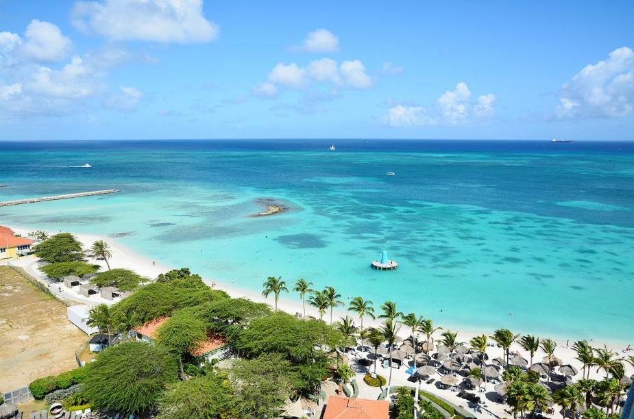 """<a href=""""http://viajeaqui.abril.com.br/paises/aruba"""" rel=""""Aruba"""" target=""""_blank""""><strong>Aruba</strong></a>                        No local, não deixe de explorar as praias de Malmok Beach (muito famosa entre surfistas), Manchebo Beach (isolada e raramente lotada), Arashi Beach (perfeita para a prática de snorkel), Baby Beach (ótima para nadar) e Eagle Beach (também propícia para os nadadores). Aruba também é famosa por seus cassinos, lojas de grife e reservas naturais, como o <a href=""""http://viajeaqui.abril.com.br/estabelecimentos/aruba-oranjestad-atracao-parque-nacional-arikok"""" rel=""""Parque Nacional Arikok"""" target=""""_blank"""">Parque Nacional </a><a href=""""http://viajeaqui.abril.com.br/estabelecimentos/aruba-oranjestad-atracao-parque-nacional-arikok"""" rel=""""Arikok"""" target=""""_blank"""">Arikok</a>, recheado de variada flora."""