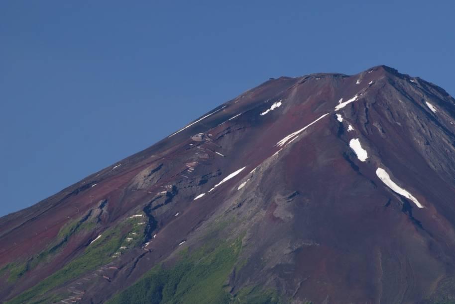 Ao contrário de sua imagem clássica, o cume do Fuji perde toda sua camada de neve nos meses de verão