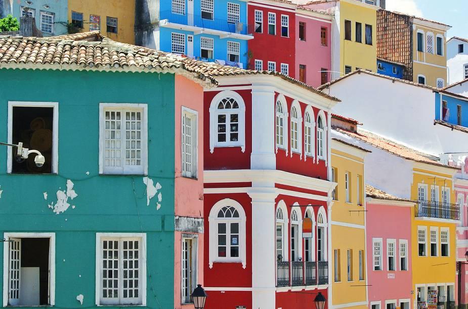 Casinhas históricas com fachadas coloridas dão o ar da graça no passeio pelo Pelourinho, em Salvador