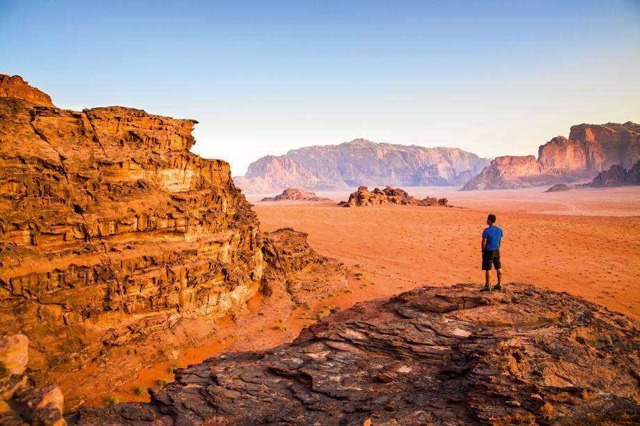 """Uma sucessão de dunas, rochas e vastidões avermelhadas, uma coisa meio marciana. É o que o viajante encontra no <a href=""""http://viajeaqui.abril.com.br/cidades/jordania-wadi-rum"""" target=""""_blank"""">Deserto de Wadi Rum</a>. Paraíso dos alpinistas e adeptos do trekking, o deserto caiu também nas graças dos menos aventureiros e hoje é um dos mais famosos pontos turísticos da <a href=""""http://viajeaqui.abril.com.br/paises/jordania"""" target=""""_blank"""">Jordânia</a>. Dá pra circular neste cenário do além em carros 4x4 ou pernoitar em um acampamento pra fazer uma imersão completa na cultura da região, experiências sempre capitaneadas pelos beduínos que moram na aldeia local. É literalmente uma coisa de cinema. O deserto foi uma das locações do filme classicão Lawrence da Arábia"""