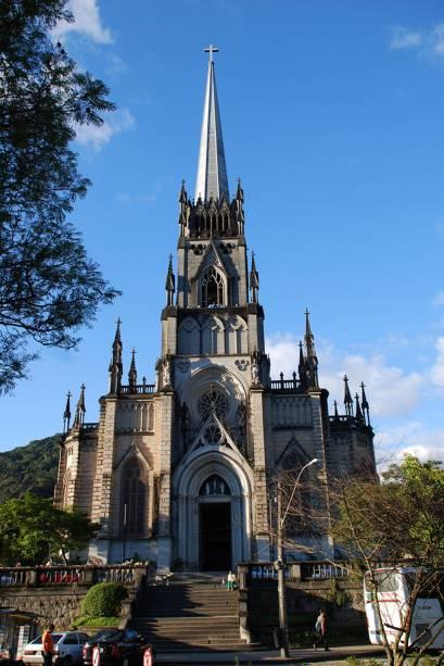 """A maior atração da <a href=""""http://viajeaqui.abril.com.br/estabelecimentos/br-rj-petropolis-atracao-catedral-de-sao-pedro-de-alcantara"""" rel=""""Catedral de São Pedro de Alcântara"""" target=""""_blank"""">Catedral de São Pedro de Alcântara</a>, em Petrópolis (RJ) é o Mausoléu Imperial. Sobre as lápides de Dom Pedro II e Princesa Isabel, há esculturas em tamanho real dos nobres do Império"""