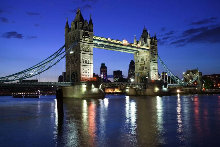 """Finalizada em 1894, a Tower Bridge foi aberta ao público em 1910 com a exposição permanente """"The Tower Bridge Experience"""""""