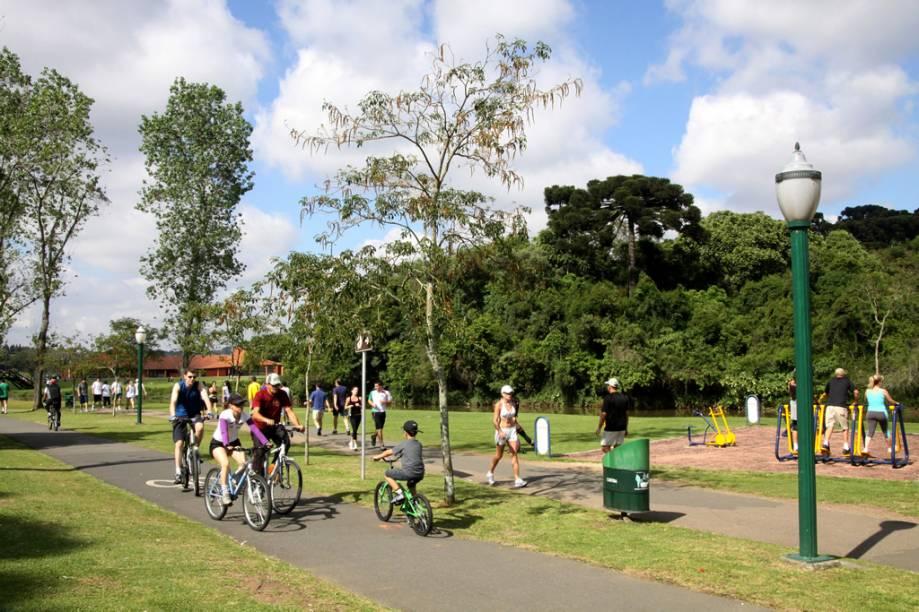 O Parque Barigui é a principal área de lazer de Curitiba, com churrasqueiras, quiosques, espaço de exposições e o Museu do Automóvel