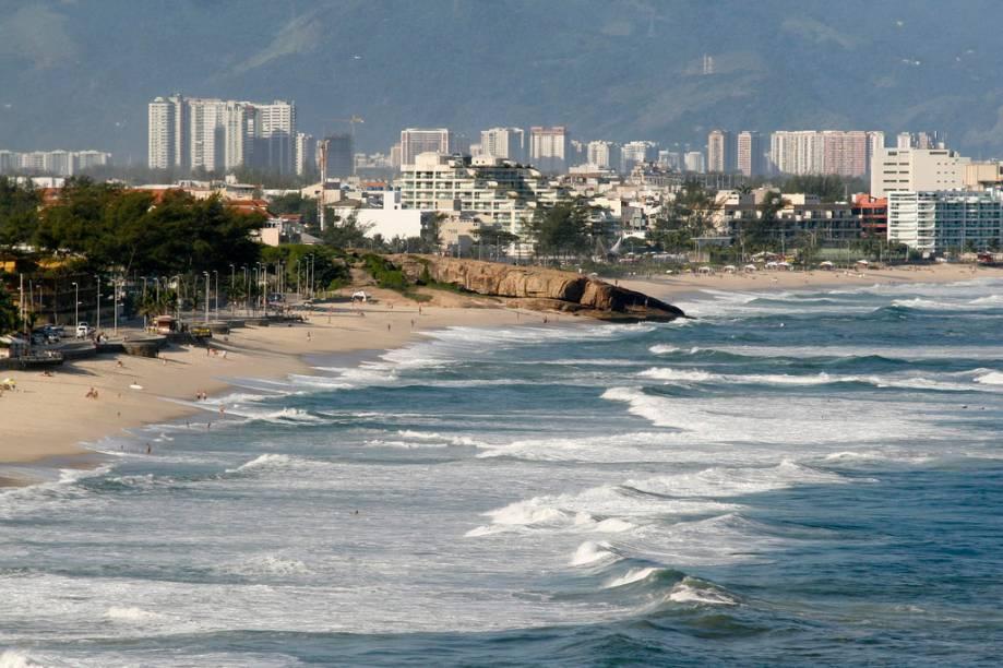 A Praia do Recreio é vizinha da Barra, mas bem menos agitada. Plana, ela atrai os que gostam de caminhar