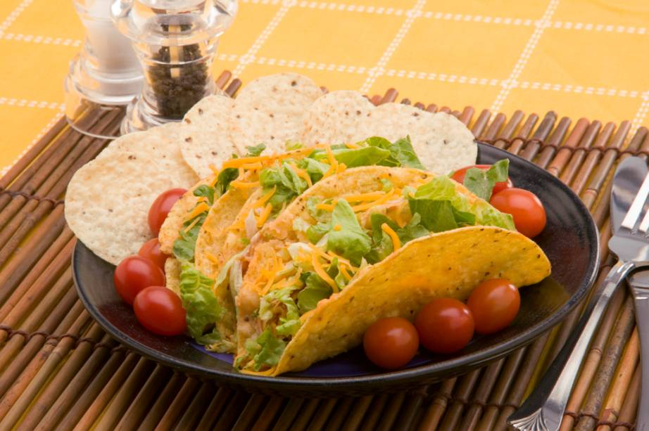 O taco, uma tortilla à base de milho, pode ser recheado com carne, queijo, alface e tomate