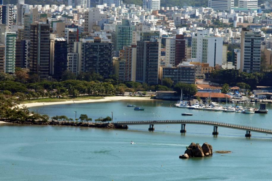 Repleta de lojas, galerias, cafés, bares e restaurantes, o entorno da Praia do Canto é uma área moderna da cidade
