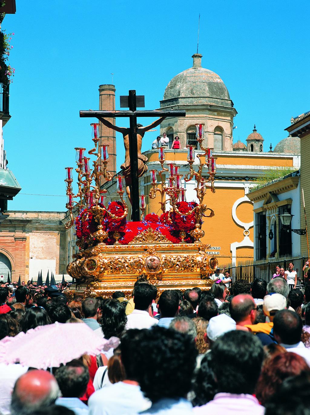 Os cortejos da Semana Santa em Sevilha mobilizam toda a cidade