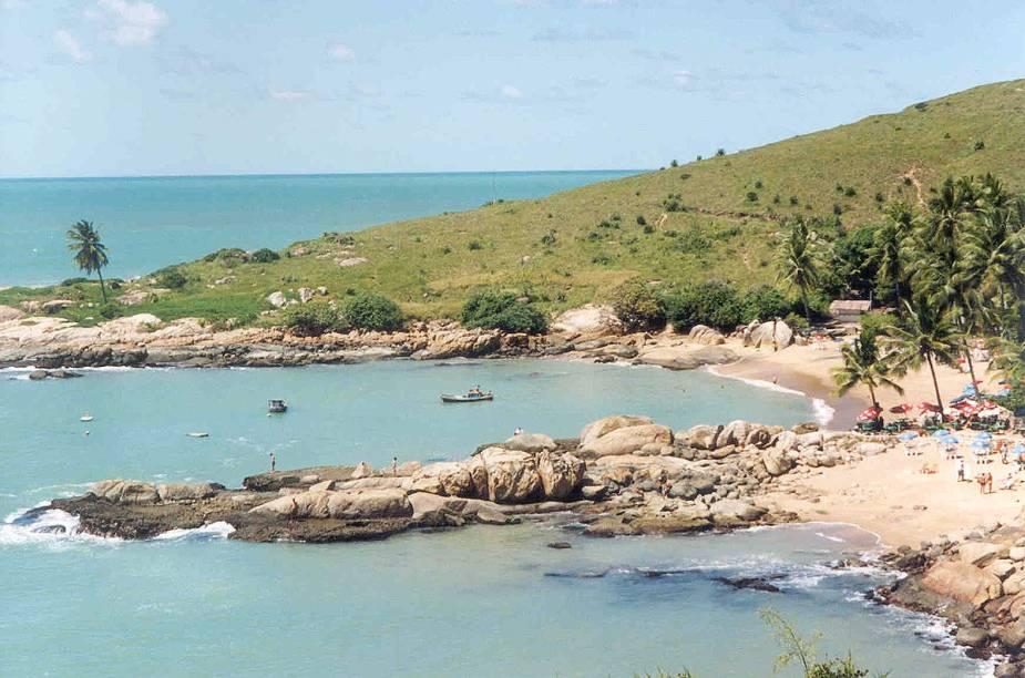 """<strong><a href=""""http://viajeaqui.abril.com.br/estabelecimentos/br-pe-cabo-de-santo-agostinho-atracao-calhetas"""" rel=""""Calhetas - Cabo de Santo Agostinho"""" target=""""_blank"""">Calhetas - Cabo de Santo Agostinho</a></strong>        A baía em formato de coração pode ser observada do mirante que fica na estrada que dá acesso à praia. O mar é calmo e há opções de bares à beira-mar."""
