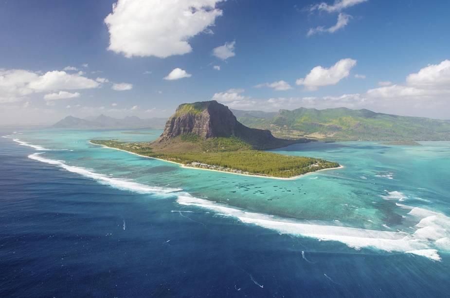 <strong>Ilha Maurício</strong>                                        A Ilha Maurício é uma porção de terra de quase 1.900 m² situado no Oceano Índico, a 2 mil quilômetros da costa oriental do continente africano. Além de desfrutar de uma deliciosa gastronomia com fortes influências asiáticas (principalmente indianas), o turista que visita o local pode passar o dias pulando de praia em praia, onde o sol é abundante.