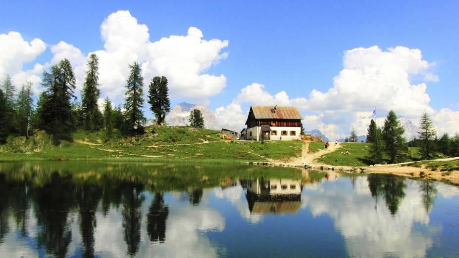 Lago bucólico em Cortina DAmpezzo - a cidade também é atração em outras estações do ano