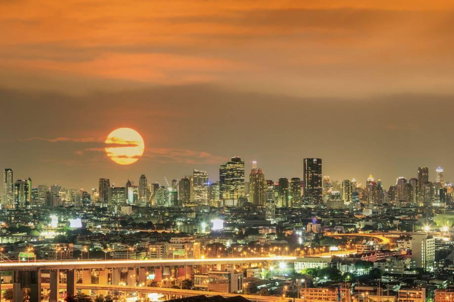 """<strong>10º Lugar: <a href=""""http://viajeaqui.abril.com.br/cidades/tailandia-bangcoc"""" rel=""""Bangcoc, Tailândia"""" target=""""_blank"""">Bangcoc, Tailândia</a></strong>Tudo acontece em Bangcoc. Inclusive, o skyline é belíssimo a qualquer hora do dia<a href=""""http://www.booking.com/city/th/bangkok.pt-br.html?aid=332455&label=viagemabril-skylines"""" rel=""""Veja hotéis em Bangcoc no booking.com"""" target=""""_blank""""><em>Veja hotéis em Bangcoc no booking.com</em></a>"""