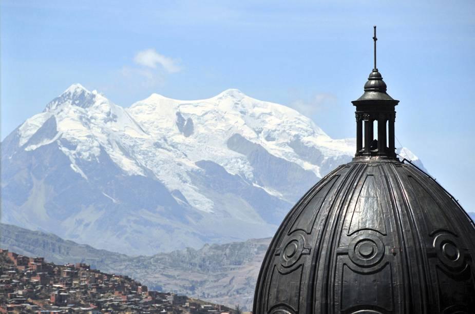Detalhe da cúpula da Catedral de La Paz e o maior cartão-postal da cidade, o Monte Ilimani