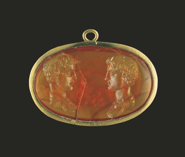 Entalhe com Caio e Lúcio César em exibição na mostra Roma – A Vida e os Imperadores, no Masp