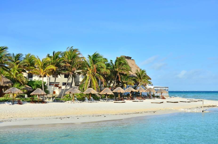 A ilhota Islas Mujeres, vizinha à Cancun, mantém a natureza praticamente intocada