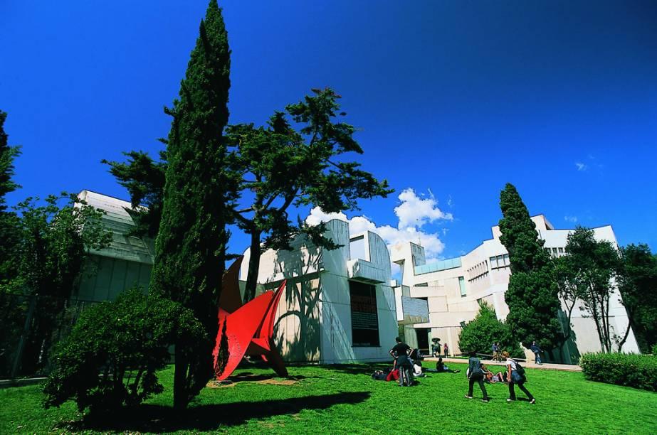 No agradável jardim da Fundação Joan Miró encontram-se esculturas do artista catalão