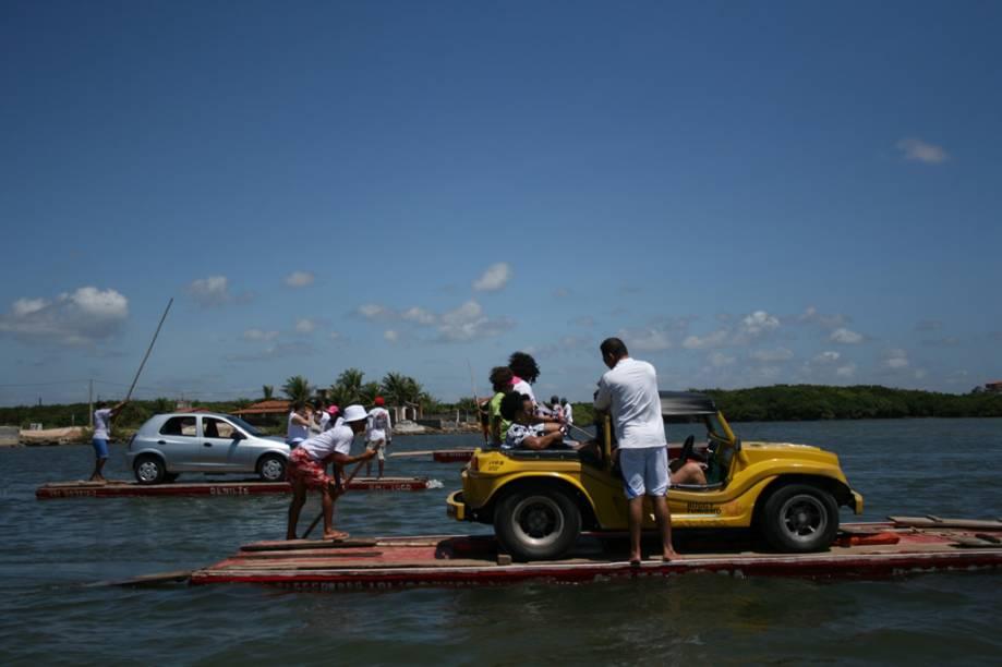 Jangadeiro na balsa que faz a travessia entre Genipabu e Barra do Rio pelo Rio Ceará-Mirim