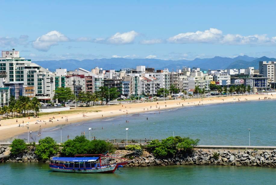 A Praia de Camburi tem larga faixa de areia, que fica lotada nos fins de semana