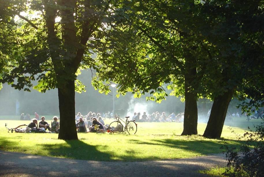 """Uma das poucas áreas verdes de Amsterdã, o <a href=""""http://viajeaqui.abril.com.br/estabelecimentos/holanda-amsterda-atracao-vondelpark"""" rel=""""Vondelpark"""" target=""""_blank"""">Vondelpark</a> reúne um público bastante diversificado: senhoras, famílias, imigrantes e jovens"""