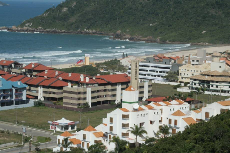 Como o nome diz, a Praia Brava tem ondas fortes, ideal para o surfe