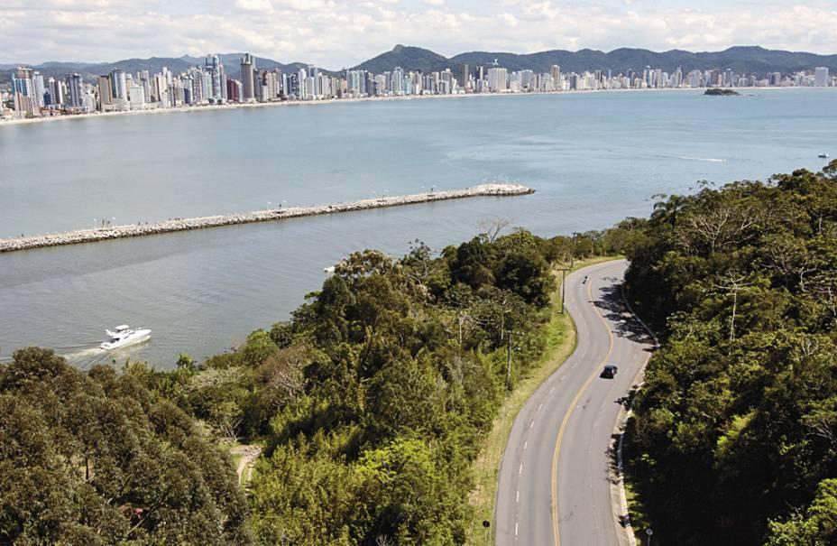 Rodovia Interpraias, o mar e o balneário ao fundo, vistos a partir do teleférico