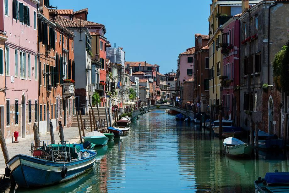 """<a href=""""http://viajeaqui.abril.com.br/cidades/italia-veneza"""" target=""""_blank"""" rel=""""noopener""""><strong>Veneza – Itália </strong></a> O destino serve de inspiração tanto para os turistas e apaixonados quanto para apelido carinhoso de outras belas cidades cortadas por canais ao redor do mundo. As mais de 400 pontes sobre os canais e as 118 ilhotas fazem de Veneza um destino único no mundo.<a href=""""http://www.booking.com/city/it/venice.pt-br.html?aid=332455&label=viagemabril-venezasdomundo"""" target=""""_blank"""" rel=""""noopener""""><em>Busque hospedagens em Veneza no Bookig.com</em></a>"""