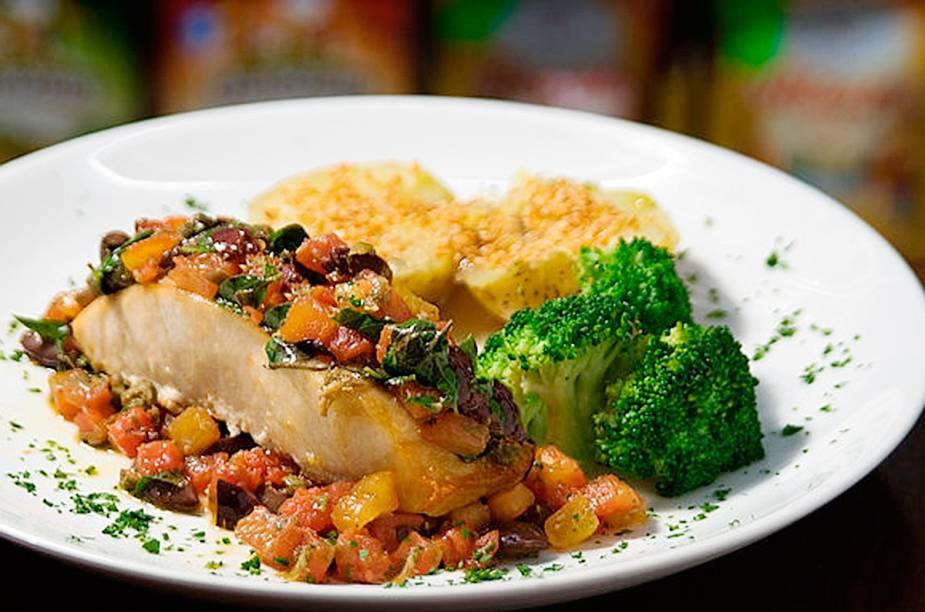 Peixe Mediterrâneo: namorado, tomate fresco, alcaparras, azeitonas, manjericão e azeite extra virgem, com batatas e brócolis