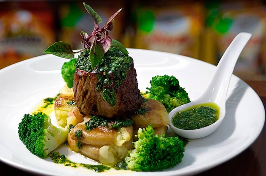 Filé grelhado com chimi churri de ervas frescas, batatinhas no sal grosso e brócolis no vapor