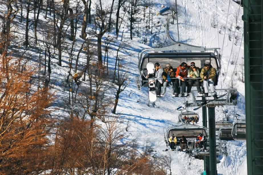 Os teleféricos levam os turistas até as pistas para praticar esportes como o esqui tradicional, snowboard e até snowtubing - uma descida da montanha em botes infláveis. Se quiser lembrar a infância, opte pelo esquibunda (minitrenós que lembram carros de rolimã sem rodinhas)