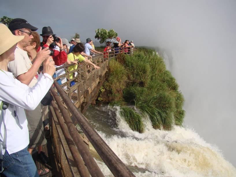Do lado argentino das cataratas, a passarela que percorre a parte alta da Garganta do Diabo tem mais de 1 km de extensão