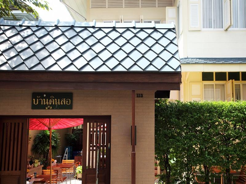 O Baan Dinso localiza-se convenientemente próximo ao complexo do Wat Phra Kaew, do Wat Pho e do Wat Arun, a tríade de templos que é a principal atração turística de Bangcoc