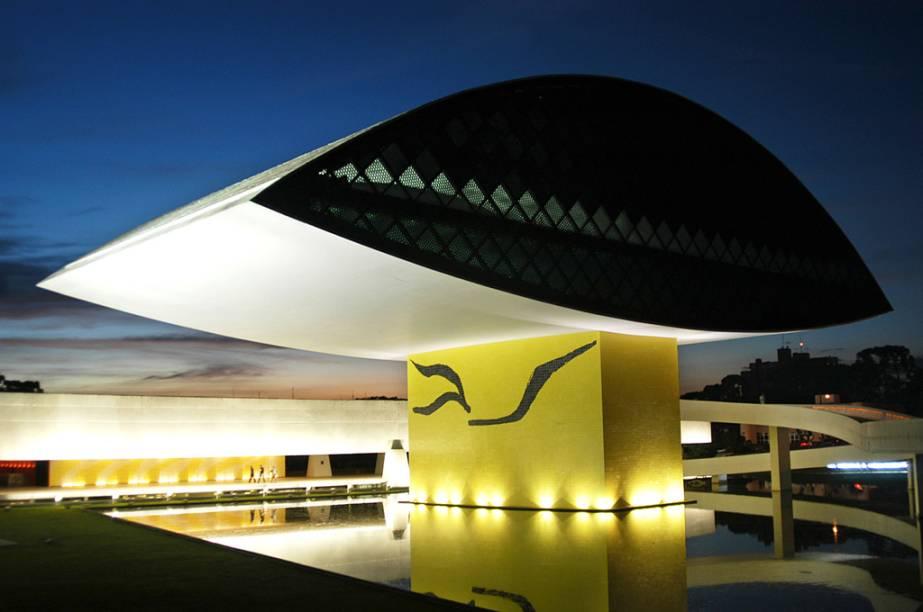 """O <a href=""""http://viajeaqui.abril.com.br/estabelecimentos/br-pr-curitiba-atracao-museu-oscar-niemeyer"""" rel=""""Museu Oscar Niemeyer"""">Museu Oscar Niemeyer</a>, em <a href=""""http://viajeaqui.abril.com.br/cidades/br-pr-curitiba"""" rel=""""Curitiba"""">Curitiba</a> (PR), tem acervo permanente com obras contemporâneas, além de salas dedicadas a esculturas, fotografias e ao arquiteto Oscar Niemeyer, que projetou o prédio"""