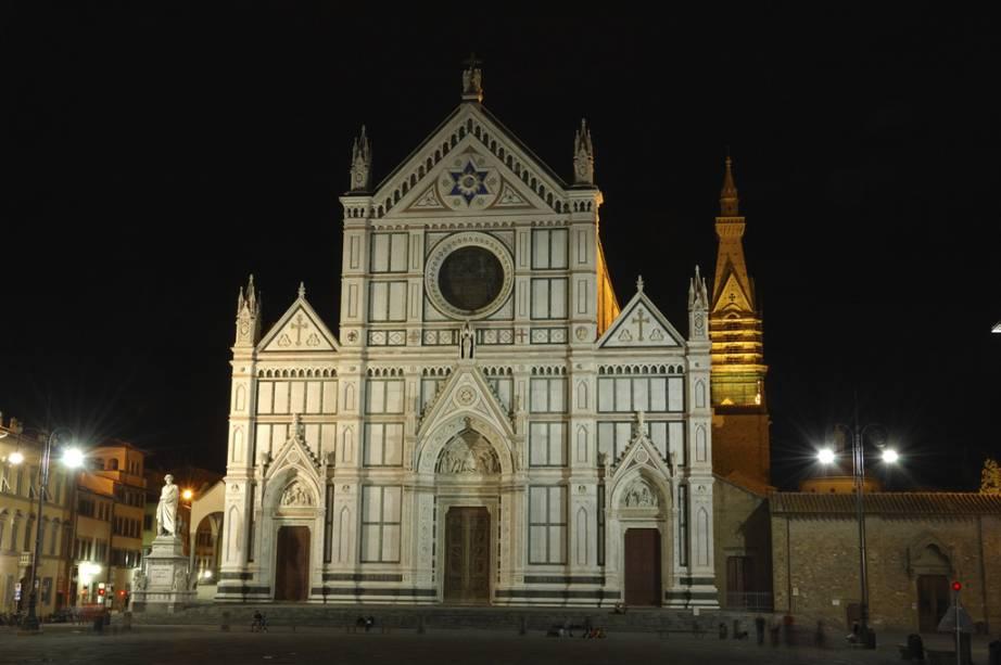 """A <a href=""""http://www.santacroceopera.it/it/default.aspx"""" target=""""_blank"""" rel=""""noopener""""><strong>Basílica de Santa Croce</strong></a> começou a ser construída em 1294, mas a fachada neogótica só foi concluída seis séculos depois. Ali estão os túmulos do artista Michelangelo, do filósofo Maquiavel e do cientista Galileu Galilei."""