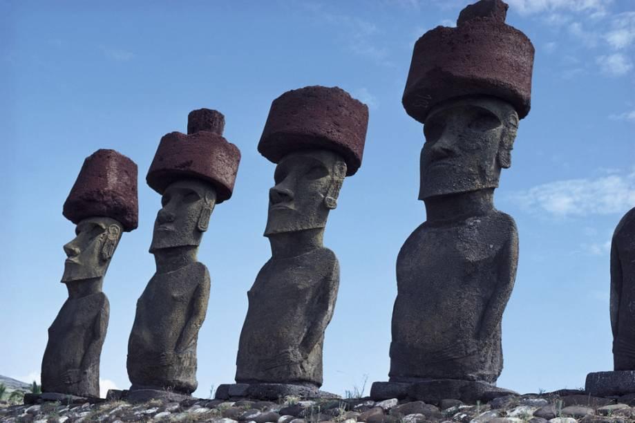 O mais famoso cartão da Ilha de Páscoa ou Rapa Nui são os moais: imensas estátuas de pedra vulcânica, de até 10 metros de altura e 80 toneladas. São 900 exemplares espalhados pela ilha