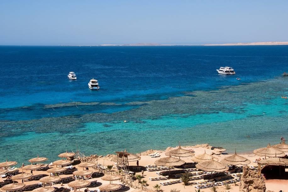 Existem dezenas de pequenos resorts ao largo do Mar Vermelho, na Península do Sinai, atraindo milhares de turistas em busca de sol e excelentes pontos de mergulho