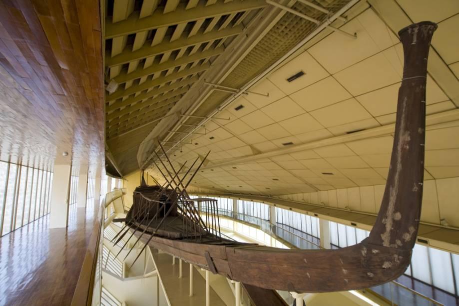 Barca solar de Quéops, no complexo de pirâmides de Gizé; a entrada neste museu, que fica dentro do sítio arqueológico, é cobrada à parte