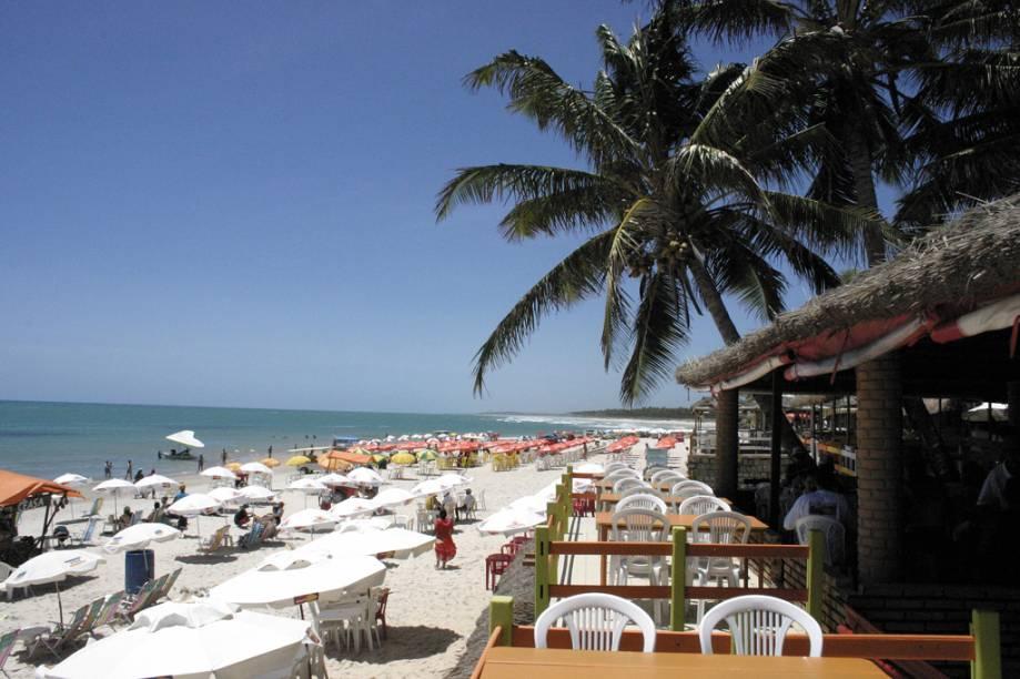Bares e lojinhas são responsáveis pela concentração de turistas na orla da Praia do Francês, que está apenas a 33 km de Maceió