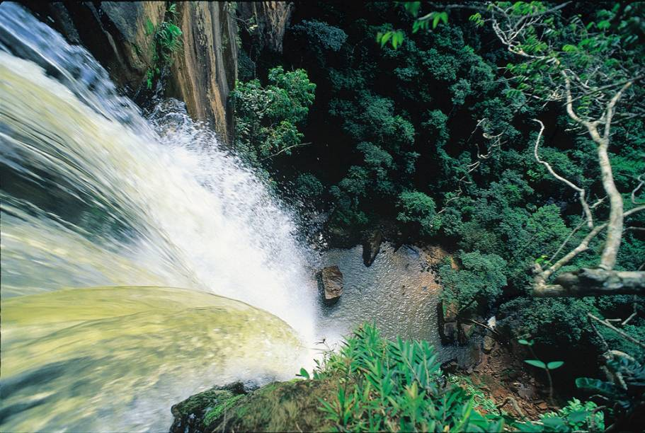 """A <a href=""""http://viajeaqui.abril.com.br/cidades/br-mt-chapada-dos-guimaraes"""" rel=""""Chapada dos Guimarães"""" target=""""_self"""">Chapada dos Guimarães</a> tem uma imponência de deixar qualquer um babando, com belas grutas, paredões e cachoeiras. A emblemática <strong><a href=""""http://viajeaqui.abril.com.br/estabelecimentos/br-mt-chapada-dos-guimaraes-atracao-cachoeira-veu-de-noiva"""" rel=""""Cachoeira Véu de Noiva"""" target=""""_self"""">Cachoeira Véu de Noiva</a></strong>, cartão postal do Mato Grosso, impressiona com sua queda em um paredão de arenito"""