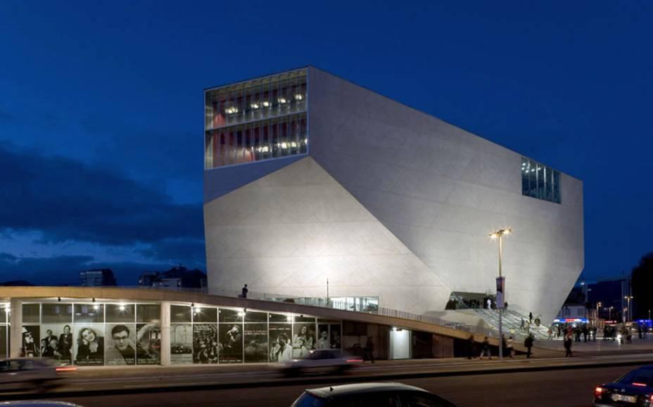 O edifício futurista da <strong>Casa da Música</strong>, projetado pelo arquiteto holandês Rem Koolhass, lembra um diamante lapidado. O local abriga uma programação bastante variada